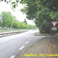 """Das """"Blitzgeschirr"""" steht im Grünen. Der ES 3.0 an der Ecke und die Digikamera steht an der Eisenbahnbrücke in Rtg. Travemünde..."""