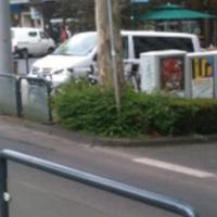 Aus einem weißen Van hinter dem Baum versteckt