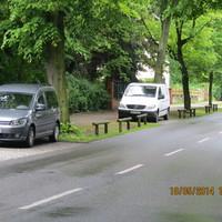 hellgrauer VW Caddy HVL L108, blitzt in beide Richtungen - hier aus Richtung Schildow kommend auf der linken Straßenseite