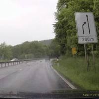 Der Blitzer steht direkt hinter dem weissen Hinweisschild auf das Ende der linken Fahrspur