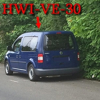 Blauer VW Caddy (HWI-VE-30) in Blankenburg, am Mönchsfelde. Rechte Seite in den Parkbuchten.