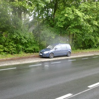 50 Blitzer  sitzt bei laufenden Motor im Auto!Na ja der Steuerzahler löhnt ja den Benzin!
