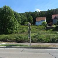 Von Burglengenfeld kommend Richtung Teublitz. Direkt an der Ortseinfahrt. Gemessen wird etliche 100 m vor dem schwarzen C-Klasse Polizei Mercedes. Lasermessung.