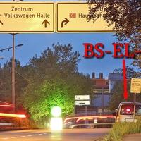 Kurz nach der Brauerei Wolters, auf der rechten Seite, vor dem Abzweig Riedestraße. Grauer VW Caddy Maxi (BS-EL-794). 50 kmh.