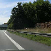 Gemessen wird @120 auf der B29 FR Stuttgart Anfang Ausfahrt Schorndorf Ost. Heller Messbus gut im Gebüsch versteckt.