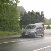 Hier wird aus einem VW Caddy geblitzt. Die Radarfalle ist durch den geöffneten Kofferraum relativ gut zu erkennen. Stadtauswärts Richtung B70