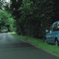 hellblauer VW Caddy  OHV ZS 987 steht zwischen Garten und Florastr. blitzt Stadteinwärts