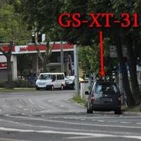 Dunkelgrauer VW Caddy Maxi (GS-XT-218), kurz nach dem Hauptfriedhof ,stadteinwärts. Auf der rechten Seite auf dem Parkstreifen. 50 kmh.