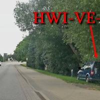 Am OA Halberstadt auf der B79 Fahrtrichtung Wolfenbüttel, rechts am Fahrbahnrand steht ein blauer VW Caddy (HWI-VE-80). 50 kmh.