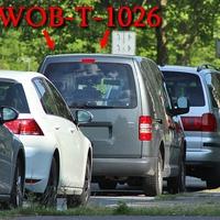Grauer VW Caddy (WOB-T-1026) am OE Detmerode, rechte Seite, in der Parkreihe. 50 kmh.
