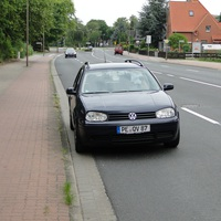 dieses Mal auswärts fahrend, der Golf bei 50kmh! Wer den Wagen kennt, hätte bremsen können, da er auffällig stand!