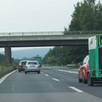 aus Bamberg kommend direkt an der Anschlußstelle Hirschaid. kamerabasierte Verkehrsüberwachung, fest installiert. Beide Richtungen, jeweils beide Spuren. Keine Abstandsmessung!