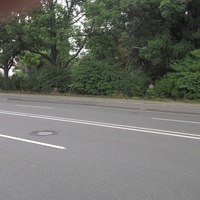 Es werden (wahrscheinlich) beide Richtungen jeweils mit zwei Spuren durch einen Einseitensensor überwacht.   Das Videofahrzeug ist in der Nebenstraße geparkt (blauer Van am linken Bildrand).