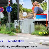 """Das Reklameschild lenkt von der Fahrbahn ab. Makaber das mittels ES 3.0 ein """"Blitzerfoto"""" angefertig werden kann ..."""