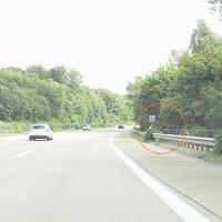 Der VW-Caddy mit NMS-Wechselkennzeichen steht unten bei der Unterführung. Das Lidar-Messgerät steht oben am Ende des Geländers der Unterführung im roten Kreis markiert...