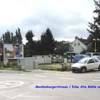 """Vor den Hafenbahnschienen steht die Kamera und der VW T5 Messbus steht auf dem """"wilden"""" Parkplatz an der Alten Mühle ..."""