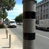 Blitzer misst Geschwindigkeit (50km/h) sowie mit spezieller Kameratechnik Fahrzeuge über 2,8t.