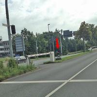 Blitzer auf der Heßlinger Straße, gegenüber der Polizei, auf dem Mittelstreifen (Vitronic Anlage auf Stativ). Direkt nach der Schranke, stadteinwärts, Fahrtrichtung Heßlingen. 50 kmh.