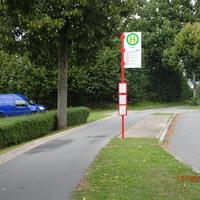 Getarntes Dreibein an Baum bei Bushaltestelle, blitzte aus Labenz kommende Fahrzeuge. Blauer Lieferwagen parkte in Feldeinfahrt hinter Buschreihe. Kennzeichen RZ - RZ 244