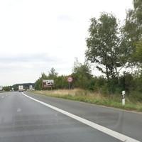 A7 Richtung Würzburg, Messung VOR einer Baustelle, 80 km/h, Messaufbau am Schild [Überholverbot], Meßbus SW-AT 392
