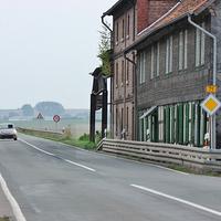 Kurz hinter dem Abzweig Veltheim in einem Carport verschanzt steht ein blauer T 5 der Halberstädter Polizei (WR-C-...) mit dem ESO Gerät aufgestellt hinter der Leitplanke. 70 kmh.