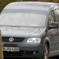 Der graue VW Caddy in Nahaufnahme - mit deutlich erkennbarer Radarantenne über dem Kennzeichen.