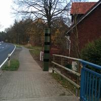 Säulenblitzer modernster Bauart (blitzt wahrscheinlich in beide Richtungen) Standort: von Gifhorn in Richtung Burgdorf, ganz kurz vor der Brücke, linke Seite;