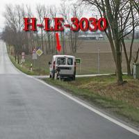 Silberner Fiat Doblo, Leivtec XV 3 im Kofferraum, der Zusatzblitz steht direkt hinter dem Auto auf Stativ. Aus Hämelerwald kommend, am Abzweig Gut Schierke, 70 kmh, Richtung B 494.