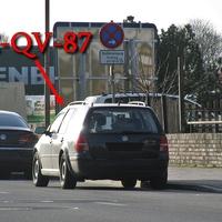 Blauer VW Golf 4 Variant (PE-QV-87), auf der B 444 Ilseder Straße, stadtauswärts. 50 kmh. Geparkt rechts, zwischen parkenden Autos. In höhe Carglas.