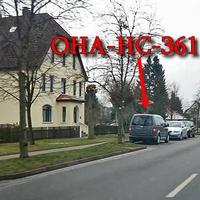Grauer VW Caddy (OHA-HC-361), steht auf der Bahnhofstraße, entgegengesetzt in der Parkbucht auf der linken Seite.