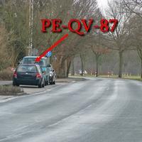 Der dunkelblaue VW Golf 4 Variant (PE-QV-87). In Münstedt am OA Richtung PE Schmedenstedt / B 65 ,gegenseitig geparkt. Dort gilt 50 Kmh.