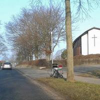 WOB-Ehmen, auf der Mörser Straße, kurz vor der Kircheneinfahrt, rechte Seite, nähe der Schule. 30 kmh. Vitronic extern auf Stativ.