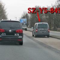 Grauer VW Caddy Maxi (SZ-YS-849), kurz nach den Bahnschienen, rechte Seite auf dem Parkstreifen. 50 kmh. Gifhorner Straße, stadteinwärts.