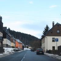 Anfahrt in Richtung Raschau. Links die Grundschule, hinten rechts die Bushaltestelle. Das geübte Auge erkennt den Caddy schon von weitem.