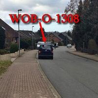 Dunkelblauer VW Caddy (WOB-O-1308), in Ehmen auf der Straße Sohlsträuchen, nach der Bushaltestelle auf der linken Seite geparkt (gegenseitig). Es blitzt aus dem Kofferraum raus.