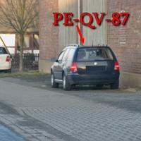 In Wierthe, an der Scheune auf der Meisterstraße, aus Braunschweig kommend in Richtung Köchingen / Vechelde. 50 kmh. Blauer VW Golf 4 Variant (PE-QV-87).