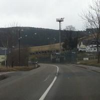 Anfahrt in Richtung Scheibenberg. Die doppelte Beschilderung ist nicht zu übersehen. Rechts der Sportplatz und im weiteren Verlauf beidseitig Grundstückszufahrten und Einmündungen legen eine Einhaltung des Tempolimits nahe.