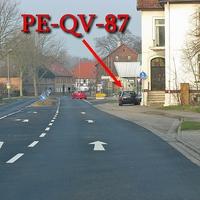 B 1 in Denstorf, Richtung Vechelde, kurz nach der Star Tankstelle, rechte Seite auf dem Gehweg steht der dunkelblaue VW Golf 4 Variant (PE-QV-87). 50 kmh.