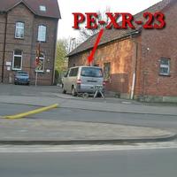 Blitzer in Vallstedt, sinnvolle Stelle, direkt an der Grundschule in der 30iger Zone, beidseitig. Beiger VW T5 Bulli (PE-XR-23) steht in der Nähe.