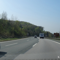 Im Anschluss an die Messstelle am oberen Hienberg passieren wir gleich die Talbrücke Simmelsdorf und es beginnt die kurvige Hangabfahrt. Die A 9 wurde in den 1990er Jahren auch im Bereich Hienberg neu trassiert und verlief an dieser Stelle früher links von uns.