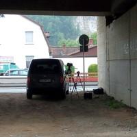 Petershütter Allee, Höhe Hausnummer 17 (Reifenhändler). Das Bild wurde von der parallel verlaufenden Lasfelder Straße aus aufgenommen und zeigt den Blick unter der Hochstraße B243 hindurch auf die Petershütter Allee.