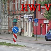 Auf der Magdeburger Straße (B 81) in Halberstadt, stadtauswärts, Kurz vor der Wehrstedter Brücke, auf der rechten Seite, am Baum extern mit Tarnnetz aufgebaut. 50 kmh. Der blaue VW Caddy (HWI-VE-33) stand kurz davor auf dem Gehweg am ehemaligem Lulu Club.