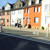 Neue Poliscan Säule vor Haus Nr. 150
