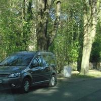 grauer VW Caddy, HVL L 108, blitzt in beide Richtungen. Hinter Bushaltestelle Paul Singer Str. stadteinwärts