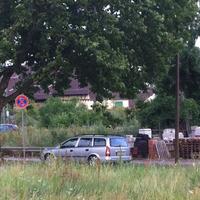 Kennzeichen Pf-CC-607, silberfarbiger Opel auf dem Grünstreifen