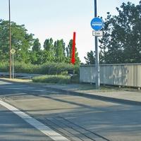 Von der B 188 aus kommend, auf der Berliner Brücke, an der Bushaltestelle, rechte Seite. 50 kmh. Richtung Kreuzung Heßlinger Straße.