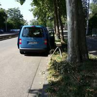"""Höhe Straßenbahnhaltestelle """"an der Bruchspitze"""" blauer Messwagen auf der rechten Spur."""