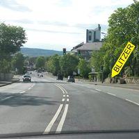 Seit neuestem steht der mobile Blitzer (mit Lichtschranke) auch mal oberhalb der Polizei rechts hinter einer Salzkiste. Der VW Bus steht auf dem Parkplatz des Frauenhaus