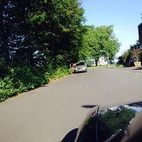 Steht immer in der paralellen Seitenstr., die Kameras werden dann durch die Büsche an den Strassenrand gestellt