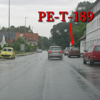 Blitzer am OA Vechelde, alte B 1, Hildesheimer Straße, rechte Seite zwischen geparkten Auto steht der Rostbraun Rote Opel Astra Kombi (PE-T-189). 50 kmh.